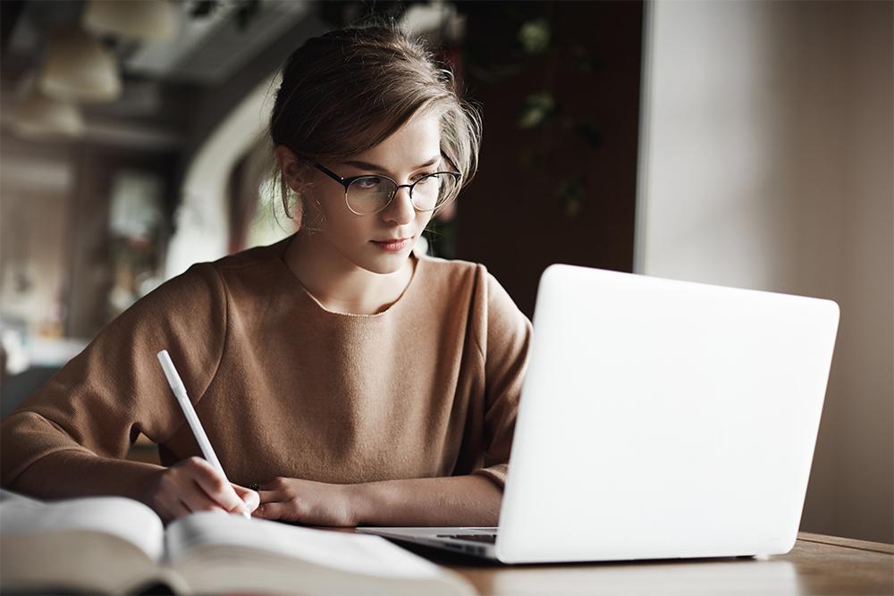 Travail des étudiants à la maison sur ordinateur